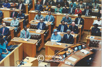 Queen Elizabeth sits next to Nelson Mandela in Parliament, Cape Town