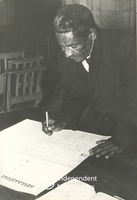 Man signs the Declaration of Sympathy, Cape Town