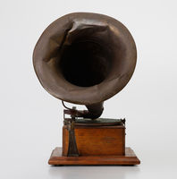 Gramophone and detachable horn