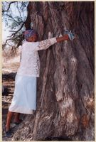 |Una Rooi hugging the Tree of Life