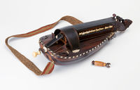Hurdy-gurdy with shoulder strap and tuning key vielle à roue